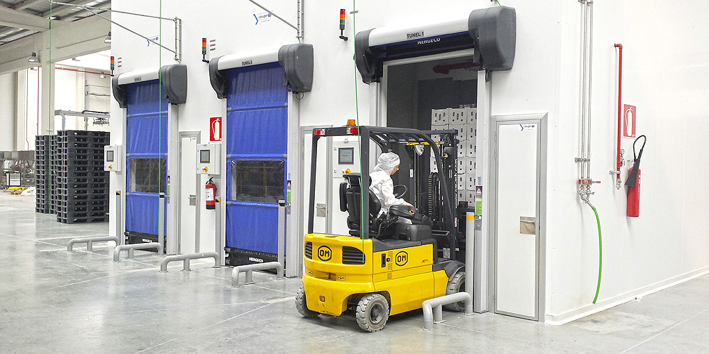 Refrigerating tunnels fitted with isothermal high-speed flexible doors