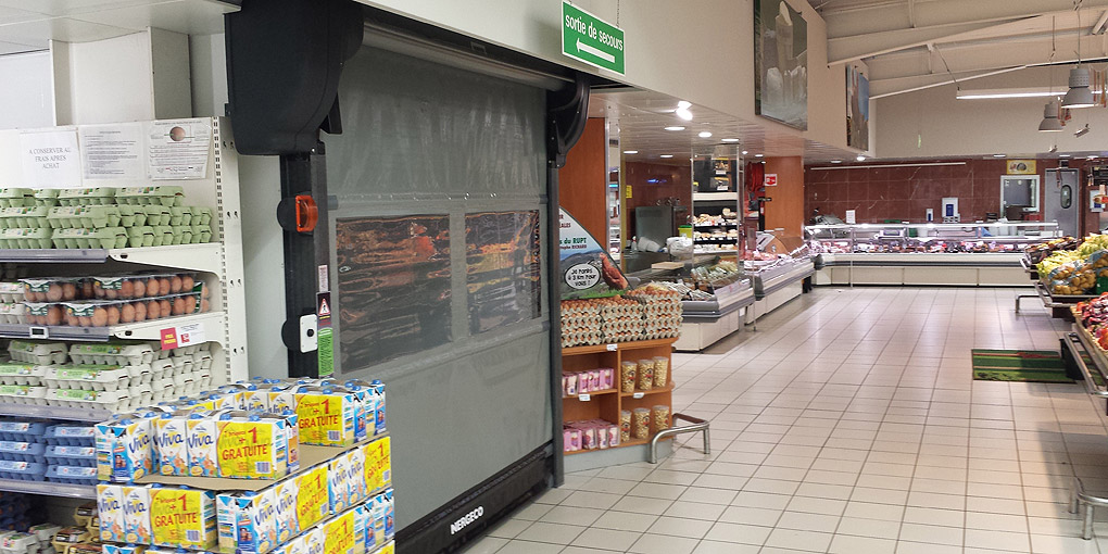 Automatic fast acting door between stockroom and sales area